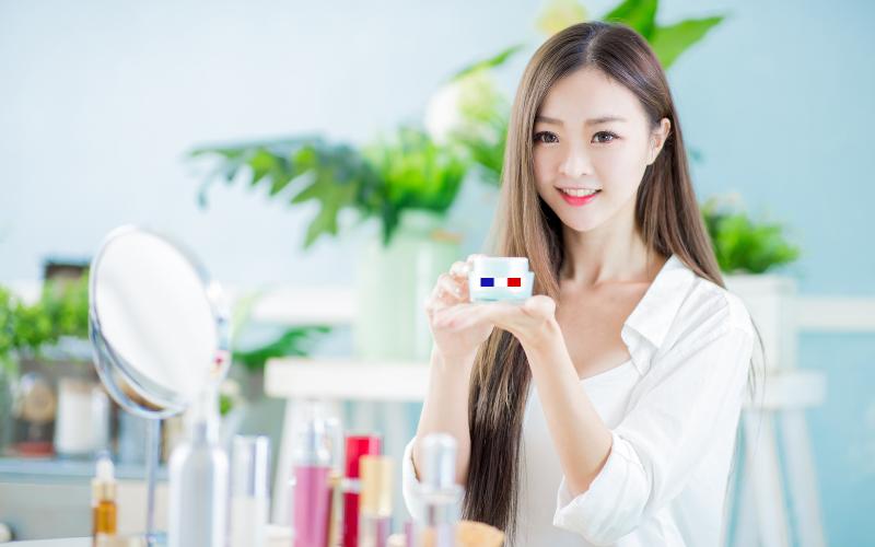 Femme chinoise qui tient un produit cosmétique Made in France